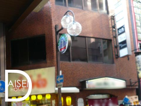 堂山町 商店街内角店舗2階・人気のエリアで商店街内からの視認性も高いのでおススメの物件です。