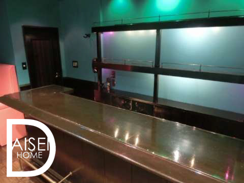 水色と赤の色が印象的な内装。カウンターイス・冷蔵庫新設しました!