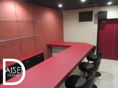 赤いカウンターが印象的な内装。内装新装で美麗!