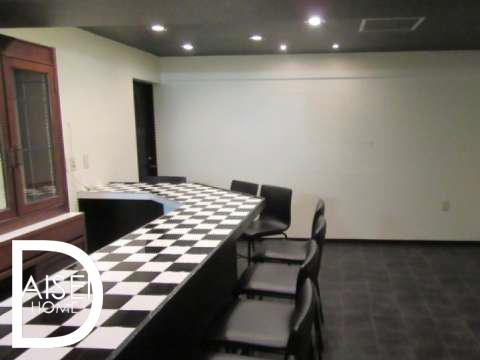 チェス柄のカウンターがおしゃれで印象的な内装です。