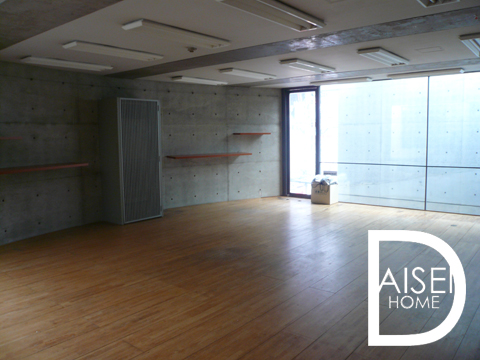 建築家安藤忠雄氏が設計したお洒落なビルの3階部分。