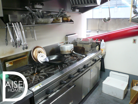 バックヤードの厨房には、そのまま使える備品もついています。