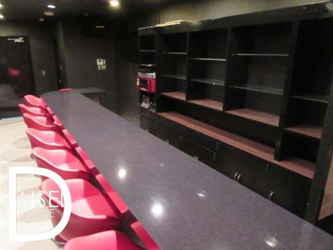 黒ベースの内装に赤の椅子が印象的なお洒落な内装です。